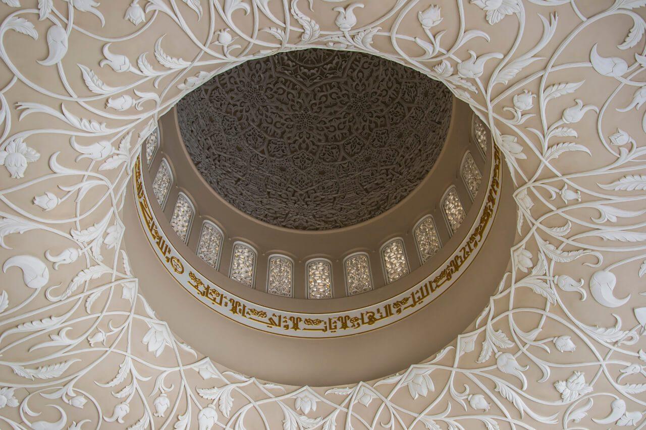 Kwiatowe motywy w Wielkim Meczecie w Abu Dhabi