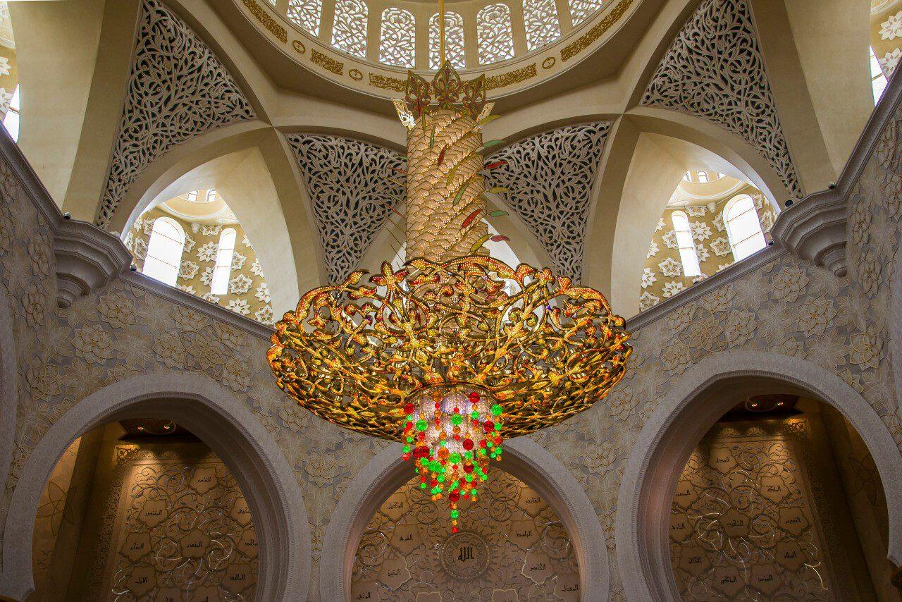 Ozdobny żyrandol w sali modlitewnej Wielkiego Meczetu Szejka Zayeda w Abu Dhabi