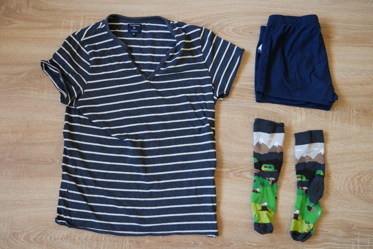 Zestaw ubrań z bagażu podręcznego przez zwinięciem