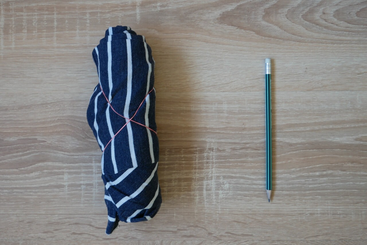 Zestaw ubrań z bagażu podręcznego po zwinięciu