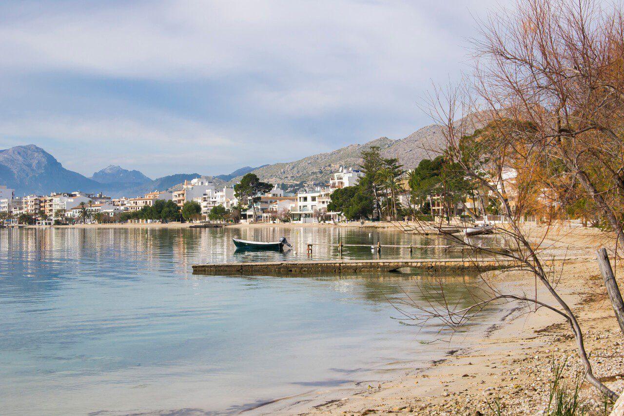Port de Pollença z widokiem na zatokę i góry