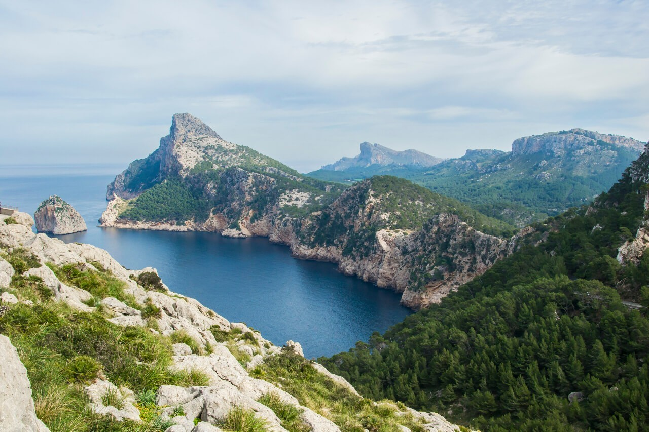 Widok z Mirador Es Colomer w kierunku Cap de Formentor na Majorce
