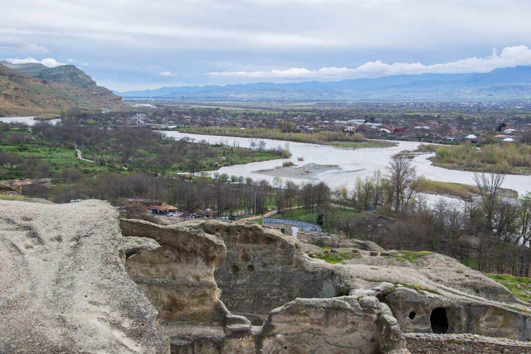 Widok ze skalnego miasta Uplisciche na dolinę rzeki Kura