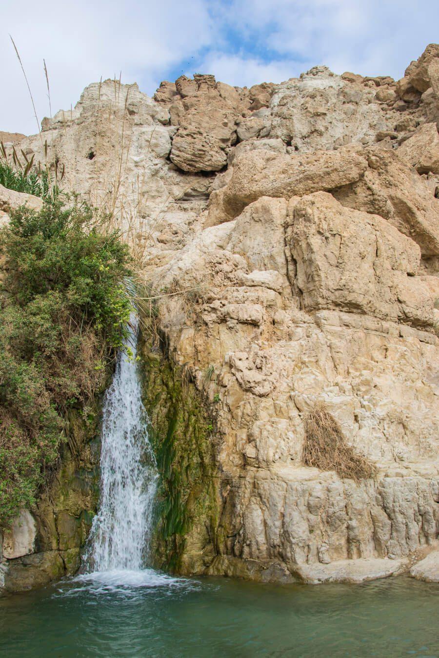 Wodospad na trasie do wodospadu Dawida w Ein Gedi w Izraelu.