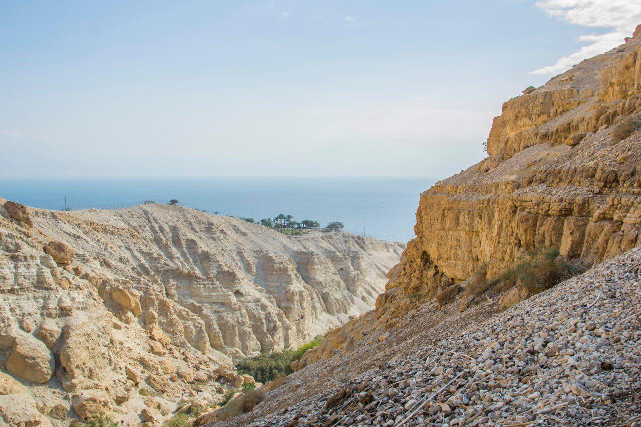 Widok na Morze Martwe z parku narodowego Ein Gedi w Izraelu.