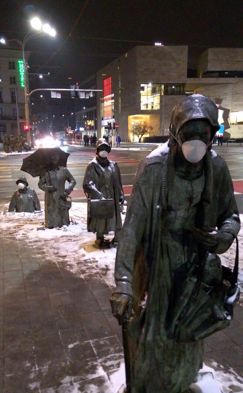Pomnik Anonimowego Przechodnia z maskami antysmogowymi