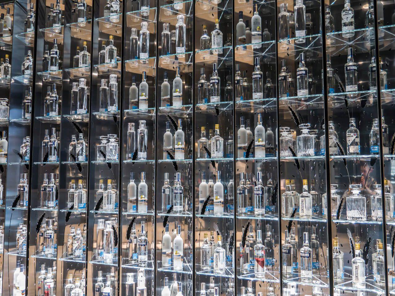 Wystawa butelek Wyborowej i Luksusowej