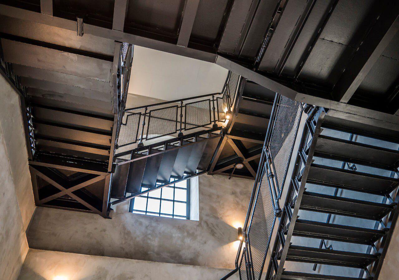 Stalowe schody w muzuem