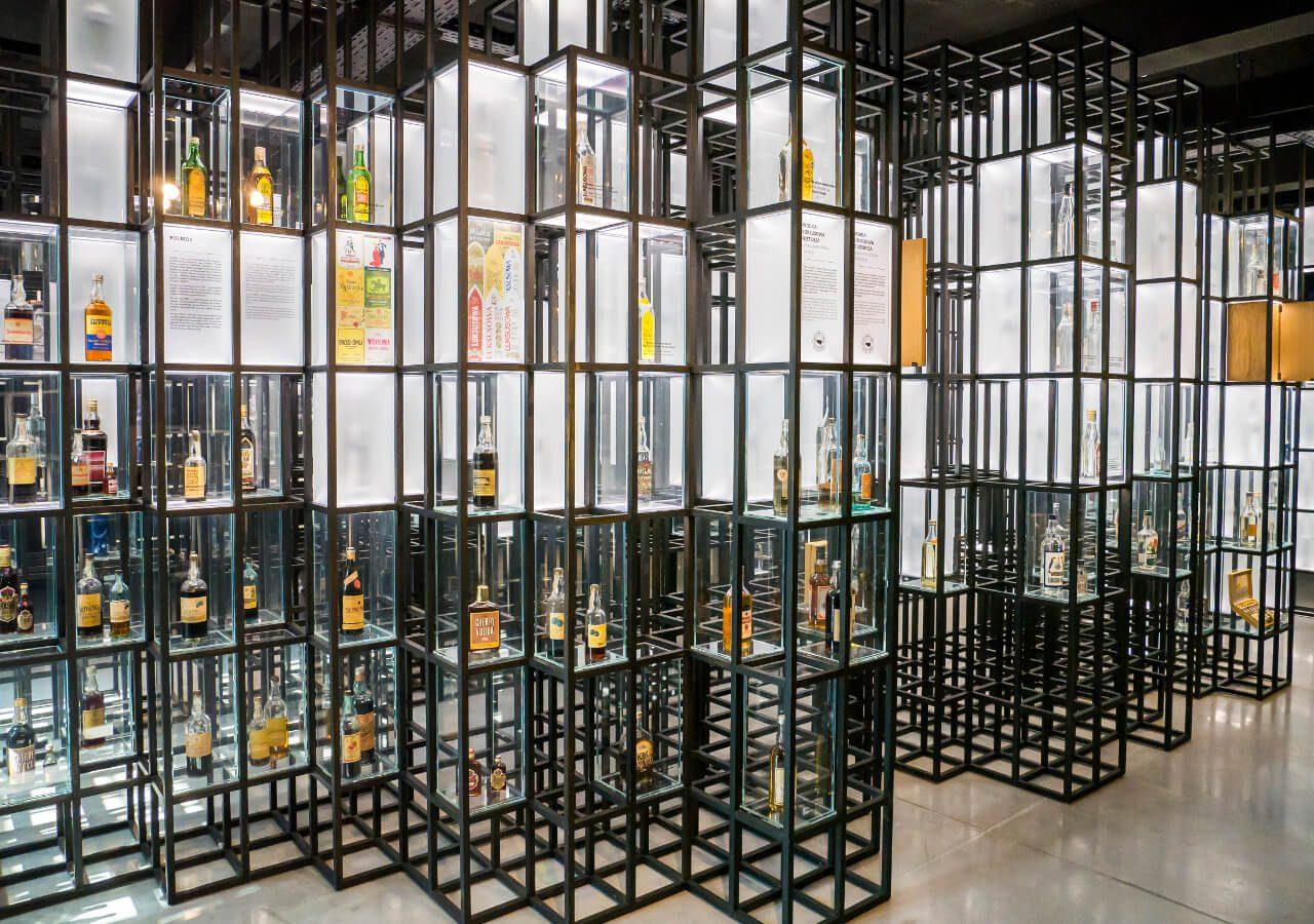 Kolekcja butelek w Muzeum Polskiej Wódki