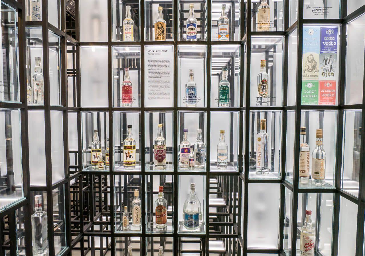 Kolekcja butelek wódki w Muzeum Polskiej Wódki