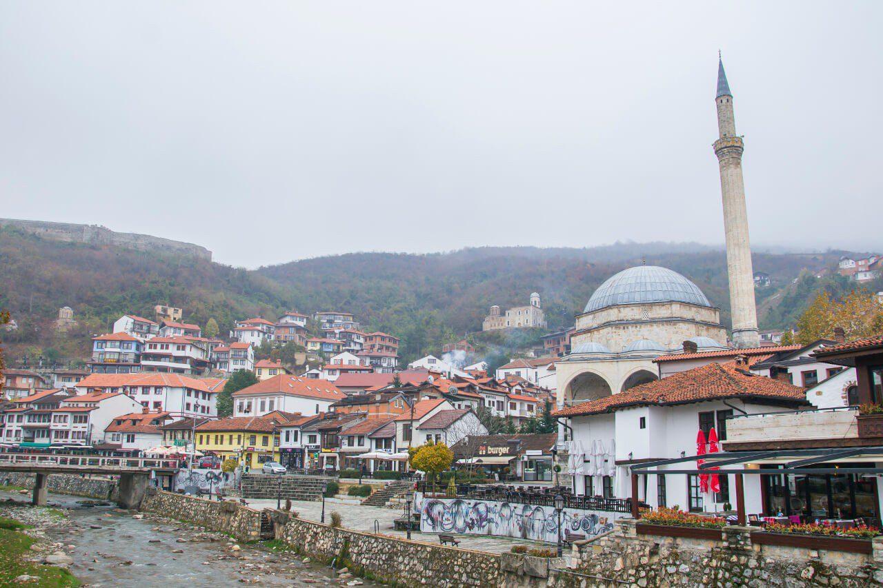 Panorama Prizren z twierdzą Kalaja i meczetem Paszy