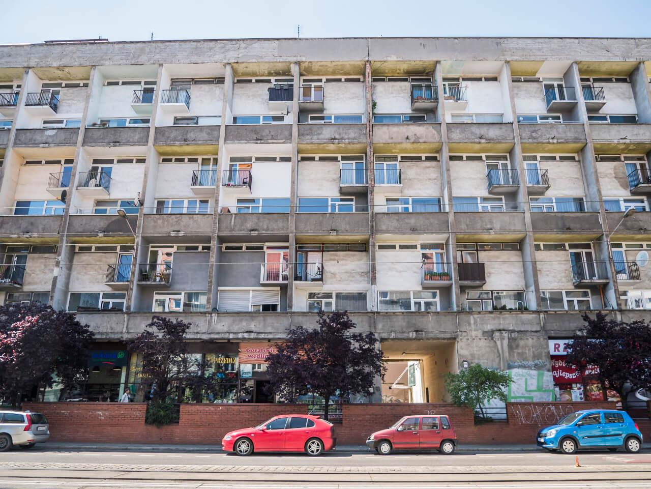"""Fasada budynku """"Mezonetowiec"""" od strony ul. Kołłątaja"""
