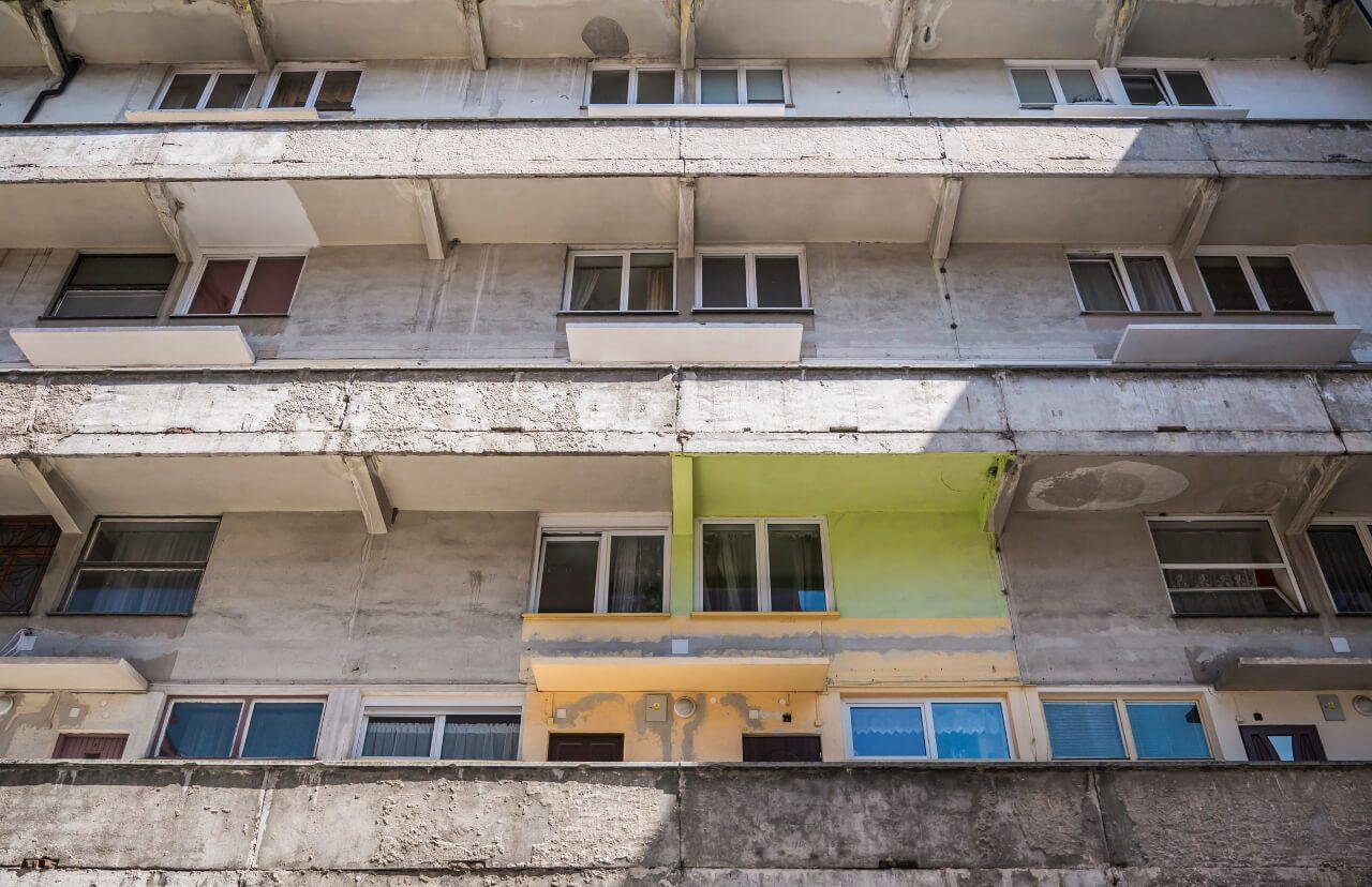 """Galerie wejściowe budynku """"Mezonetowiec"""" we Wrocławiu"""