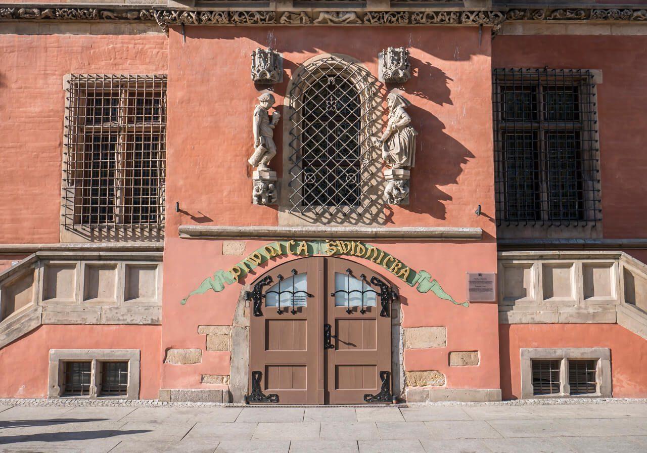 Wejście do restauracji Piwnica Świdnicka