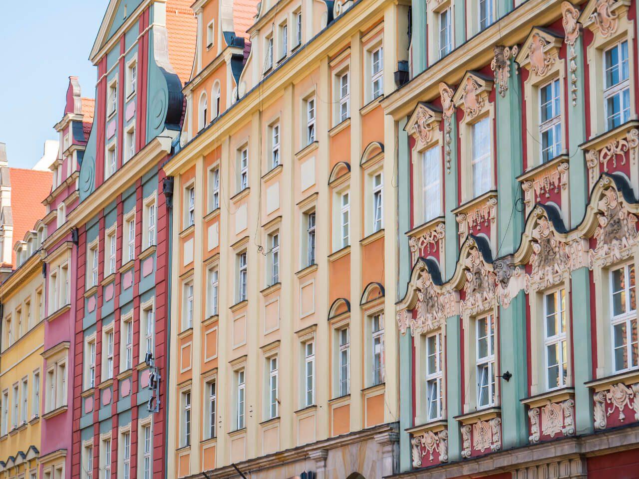 Kolorowe ściany kamienic we Wrocławiu (Rynek)