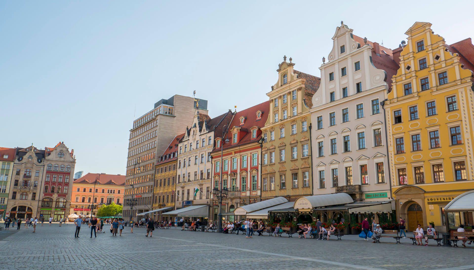 Widok na pierzeję zachodnią i Plac Solny (na drugim planie) wrocławskiego Rynku