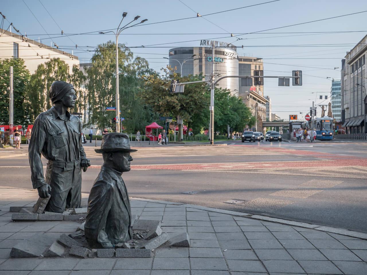 Widok na Arkady Wrocławskie z pomnika Anonimowego Przechodnia