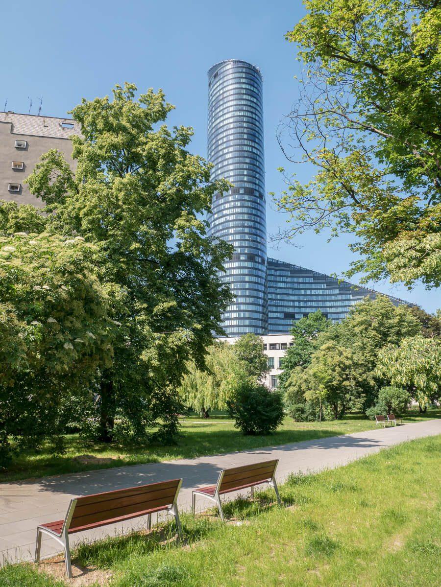Wieżowiec Sky Tower widziany z ul. Powstańców Śląskich we Wrocławiu