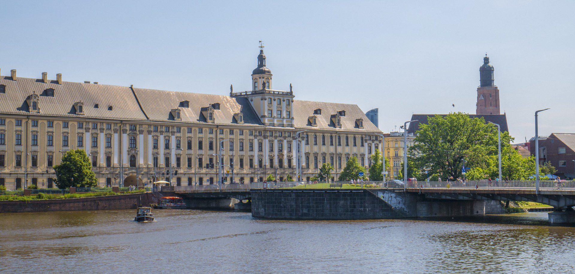 Gmach Uniwersytetu Wrocławskiego widziany z Wyspy Słodowej