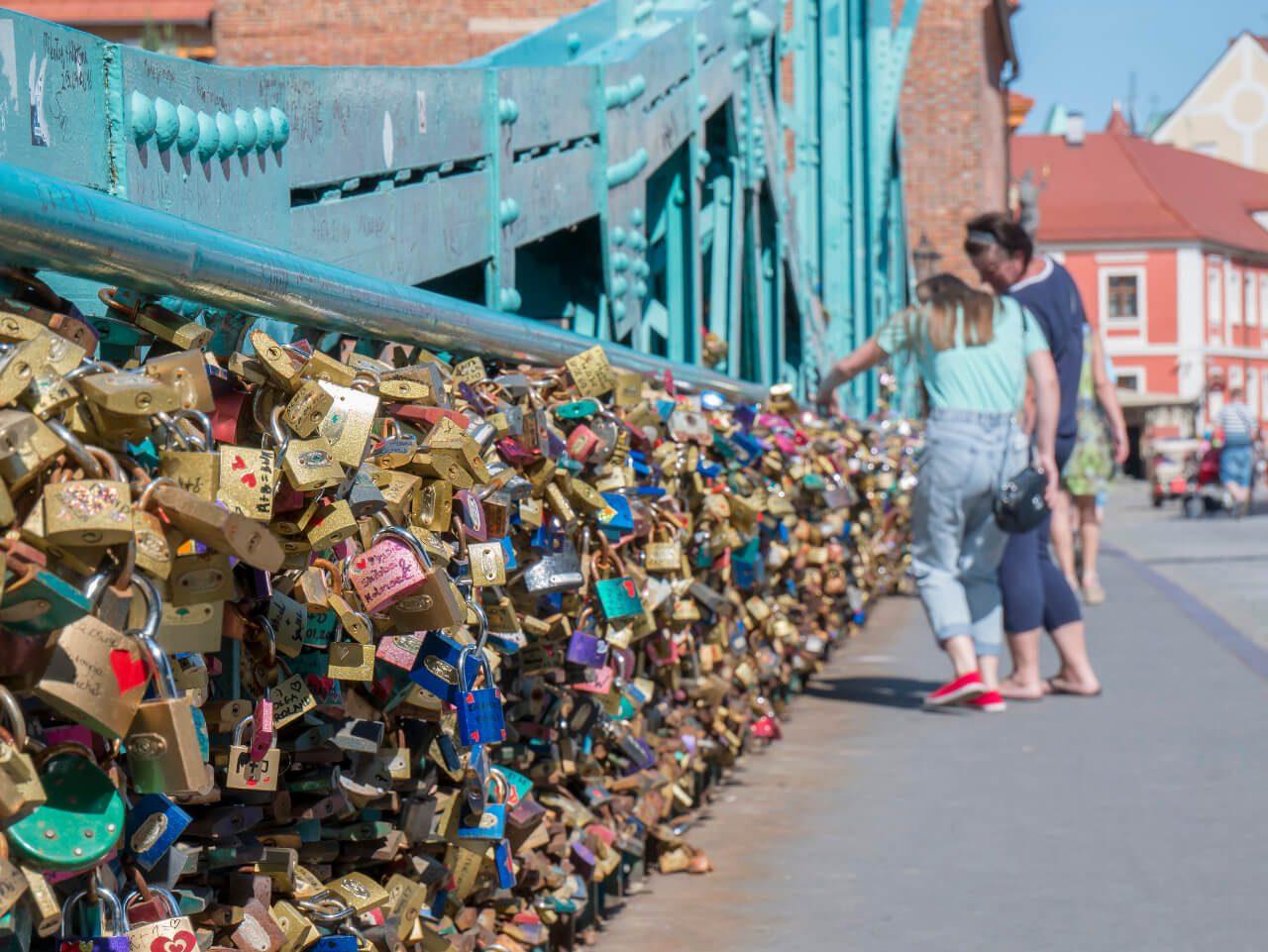 Wrocław w jeden dzień - Kłódki zakochanych na Moście Tumskim we Wrocławiu