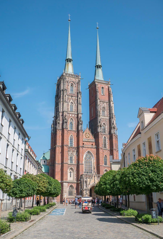 Dwie wieże katedry św. Jana Chrzciciela na Ostrowie Tumskim we Wrocławiu