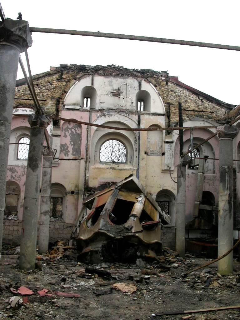 Zniszczenia w katedrze św. Jerzego po wydarzeniach z 2004 r