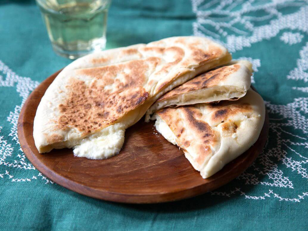 Kuchnia gruzińska - Chaczapuri imeruli jako jedno z dań kuchni gruzińskiej