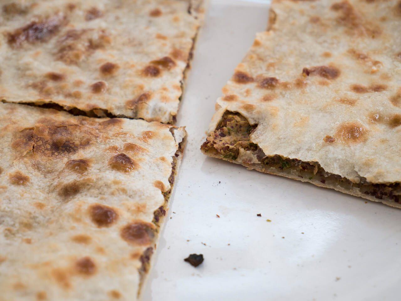 Zbliżenie na kubdari- danie kuchni gruzińskiej