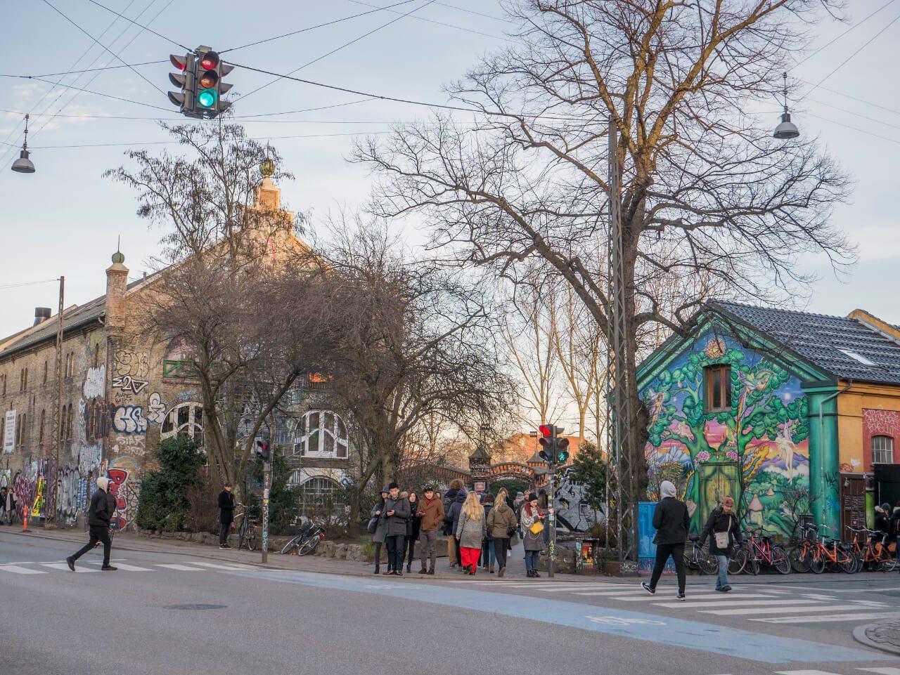Zwiedzanie Kopenhagi - wejście do dzielnicy Christiania