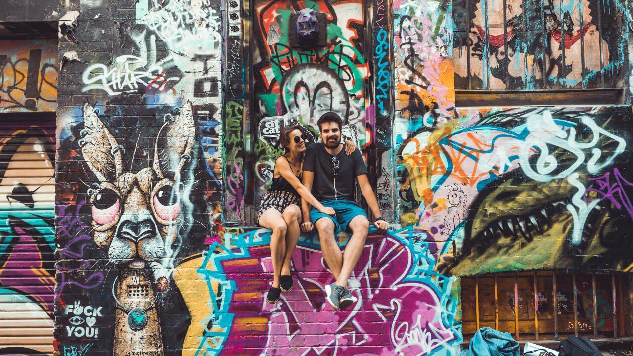 Ania i Artur z Czas na wywczas przy kolorowej ścianie