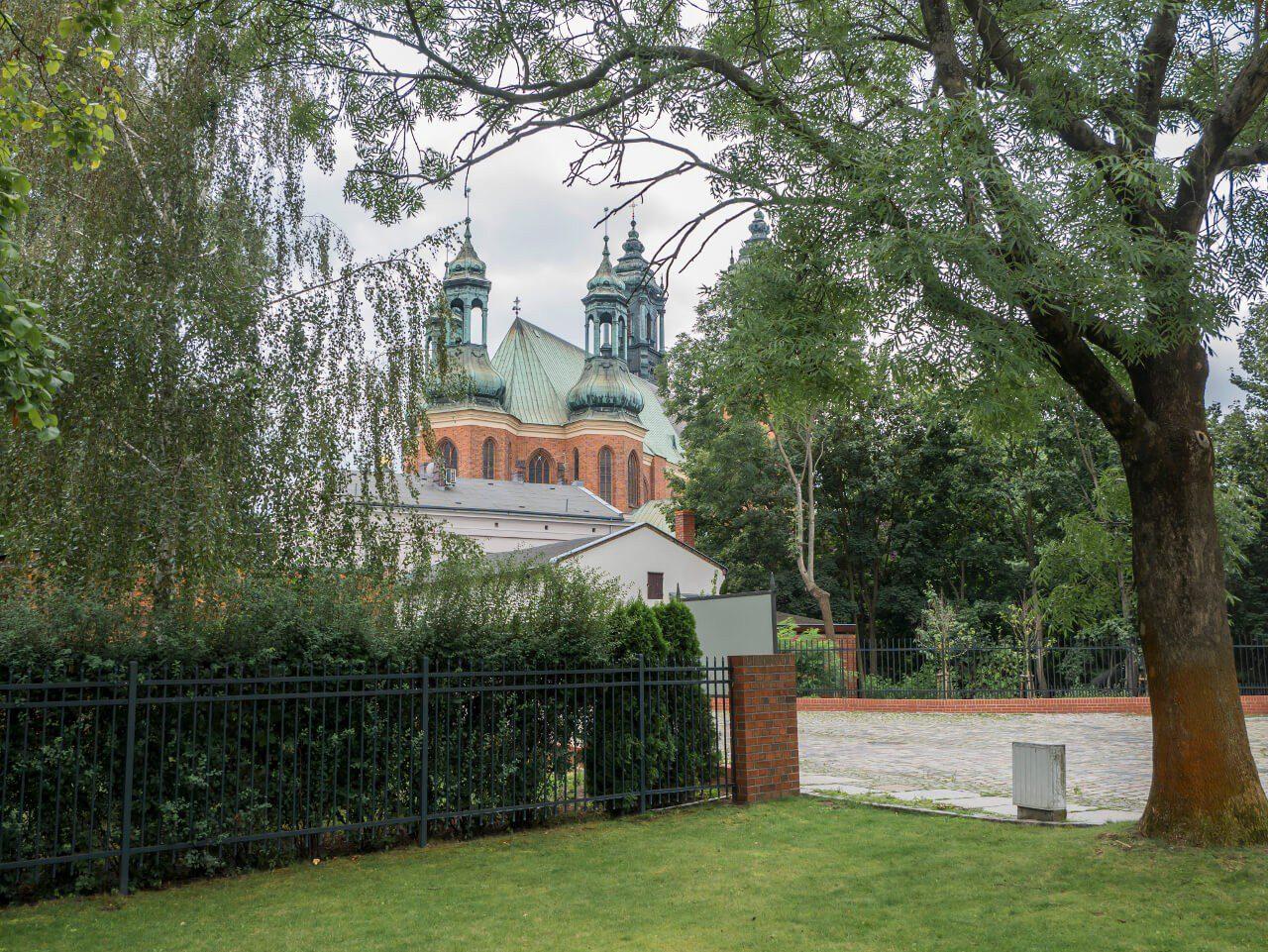 Widok na bazylikę Świętych Apostołów Piotra i Pawła w Poznaniu