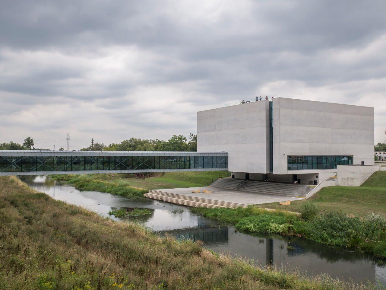 Budynek Bramy Poznania i rzeka Cybina