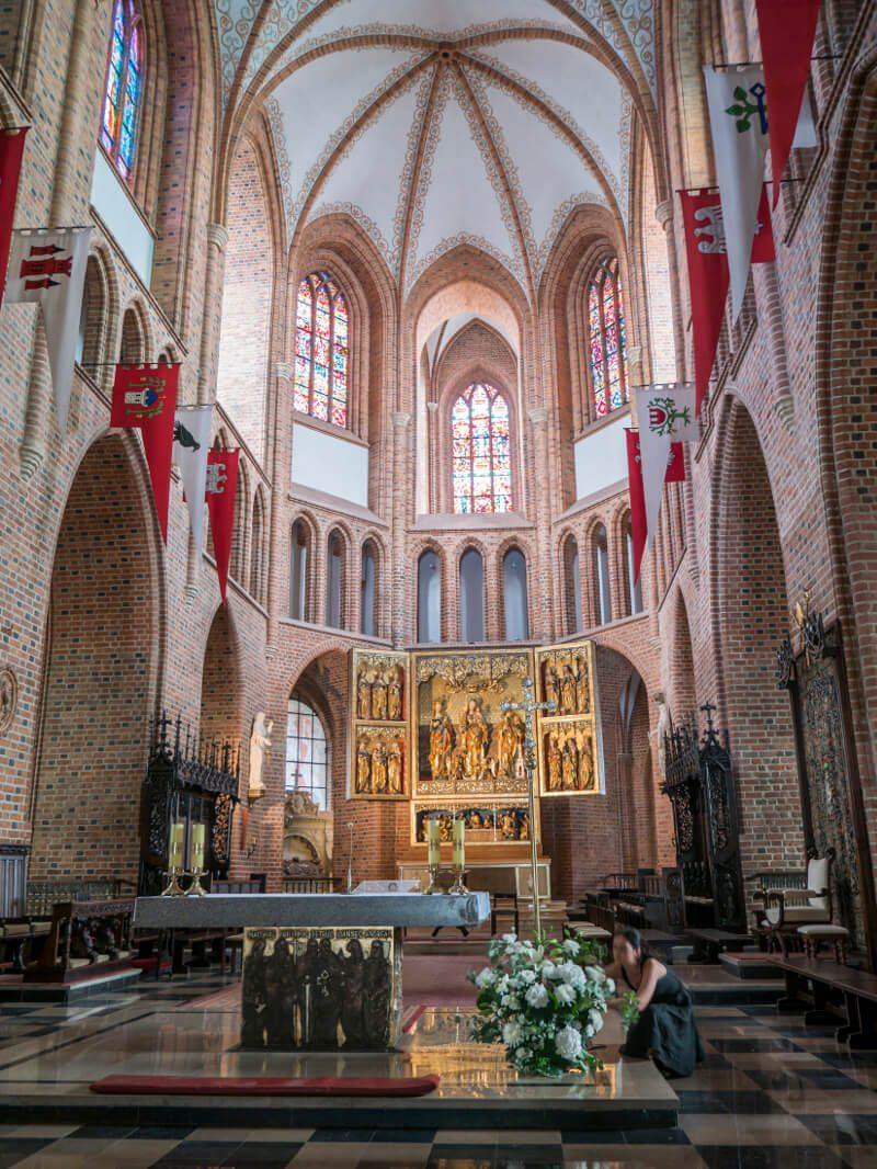 Wnętrza bazyliki Świętych Apostołów Piotra i Pawła