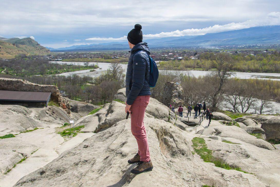 Bartek patrzący na krajobraz ze skalnego miasta Uplisciche w Gruzji