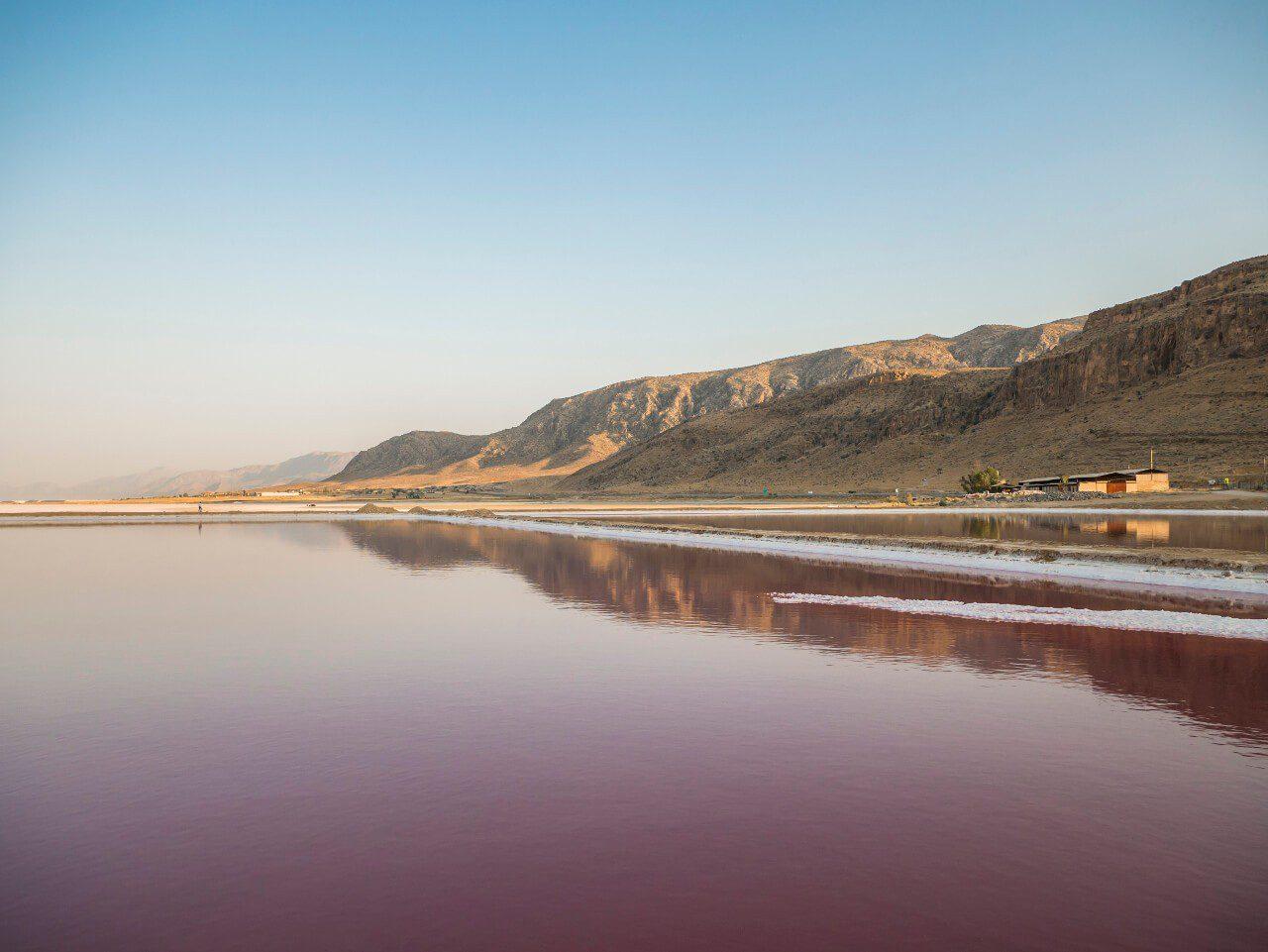 Różowe jezioro Maharloo niedaleko Shiraz