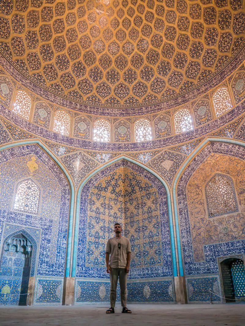 Zwiedzanie Iranu - Bartek w meczecie Sheikh Lotfollah w Isfahan