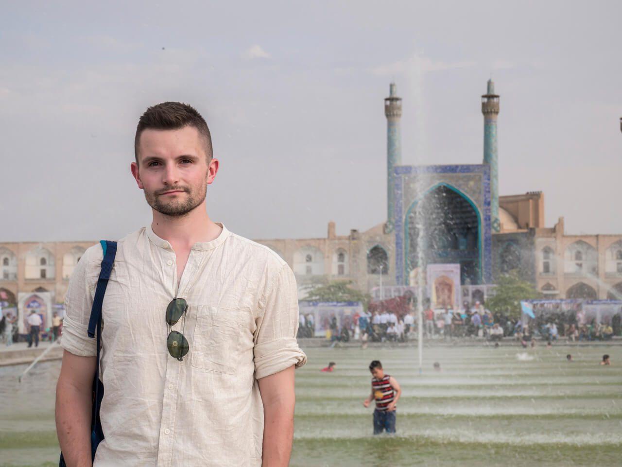 Bartek z meczetem królewskim w Isfahan w tle - zwiedzanie Iranu