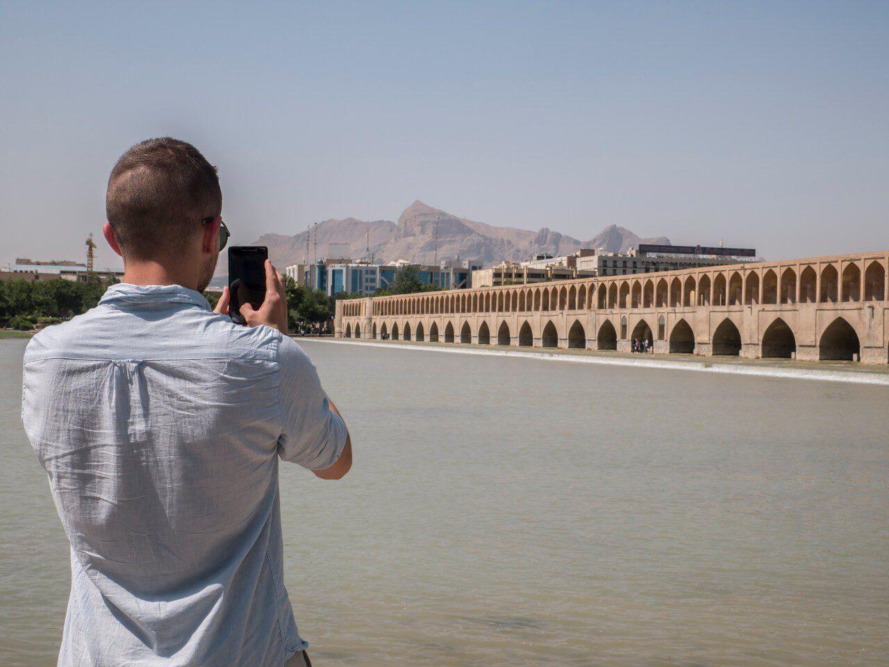 Bartek fotografuje most w Isfahan