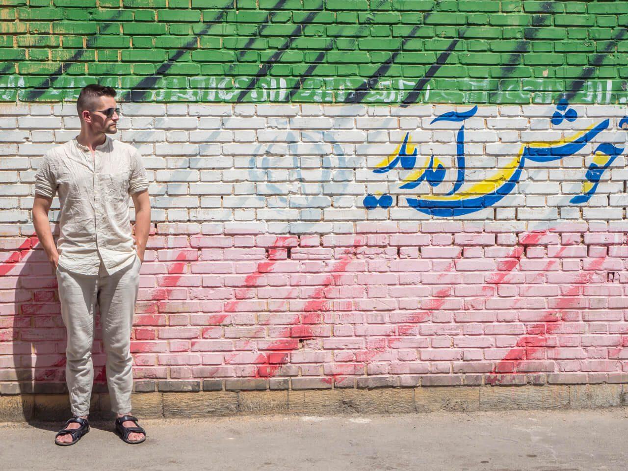 Bartek na tle flagi Iranu