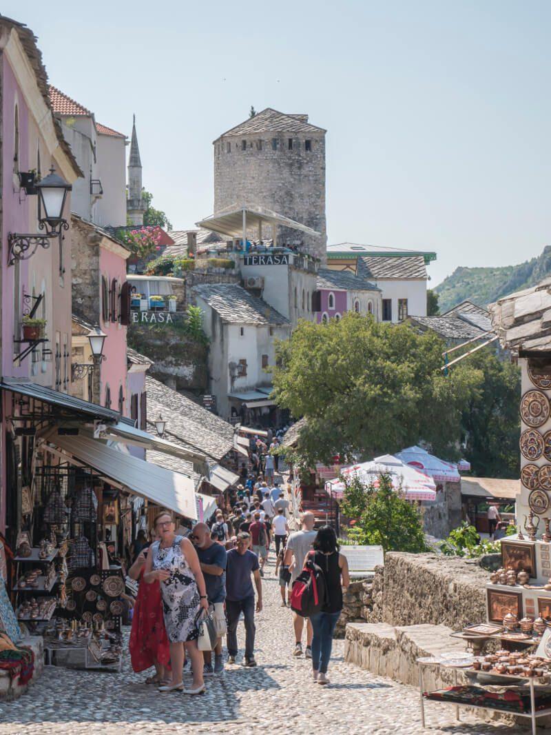 Główna ulica handlowa Mostaru prowadząca na Stary Most, Mostar