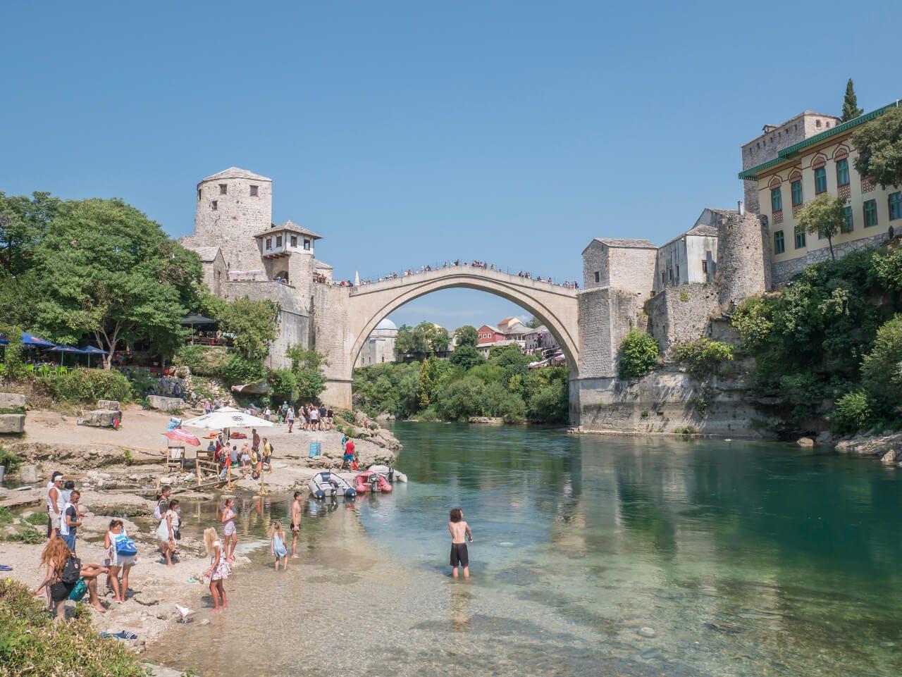 Stary Most w Mostarze widziany z brzegu Neretwy