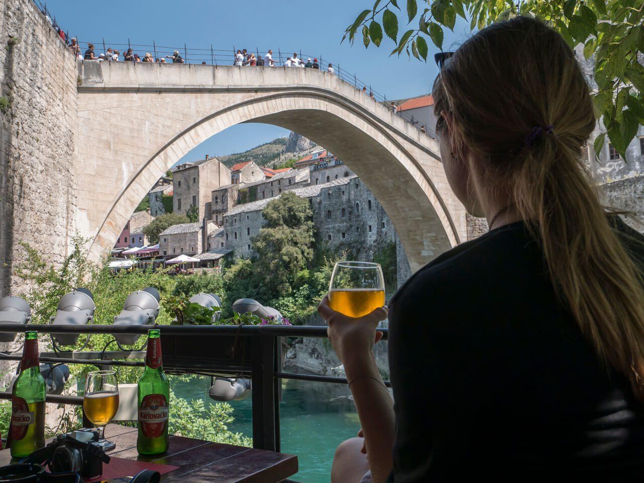 Widok na Stary Most z restauracji nad brzegiem Neretwy