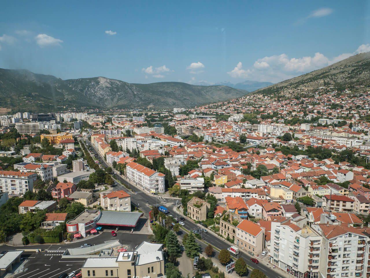 Widok z Wieży Pokoju na zabudowania miasta, Mostar