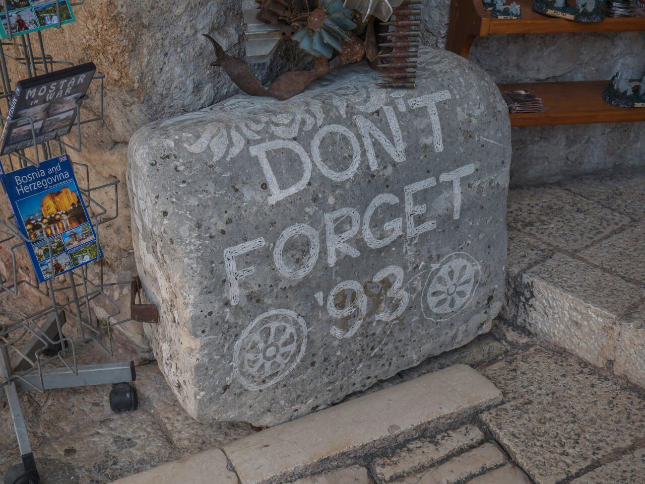 """Kamień """"don't forget 93"""" przy moście, Mostar"""