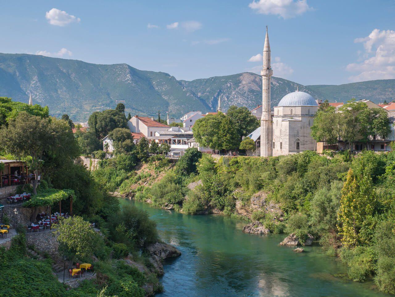 Meczet Koski Mehmed Pasha i rzeka Neretwa w Mostarze