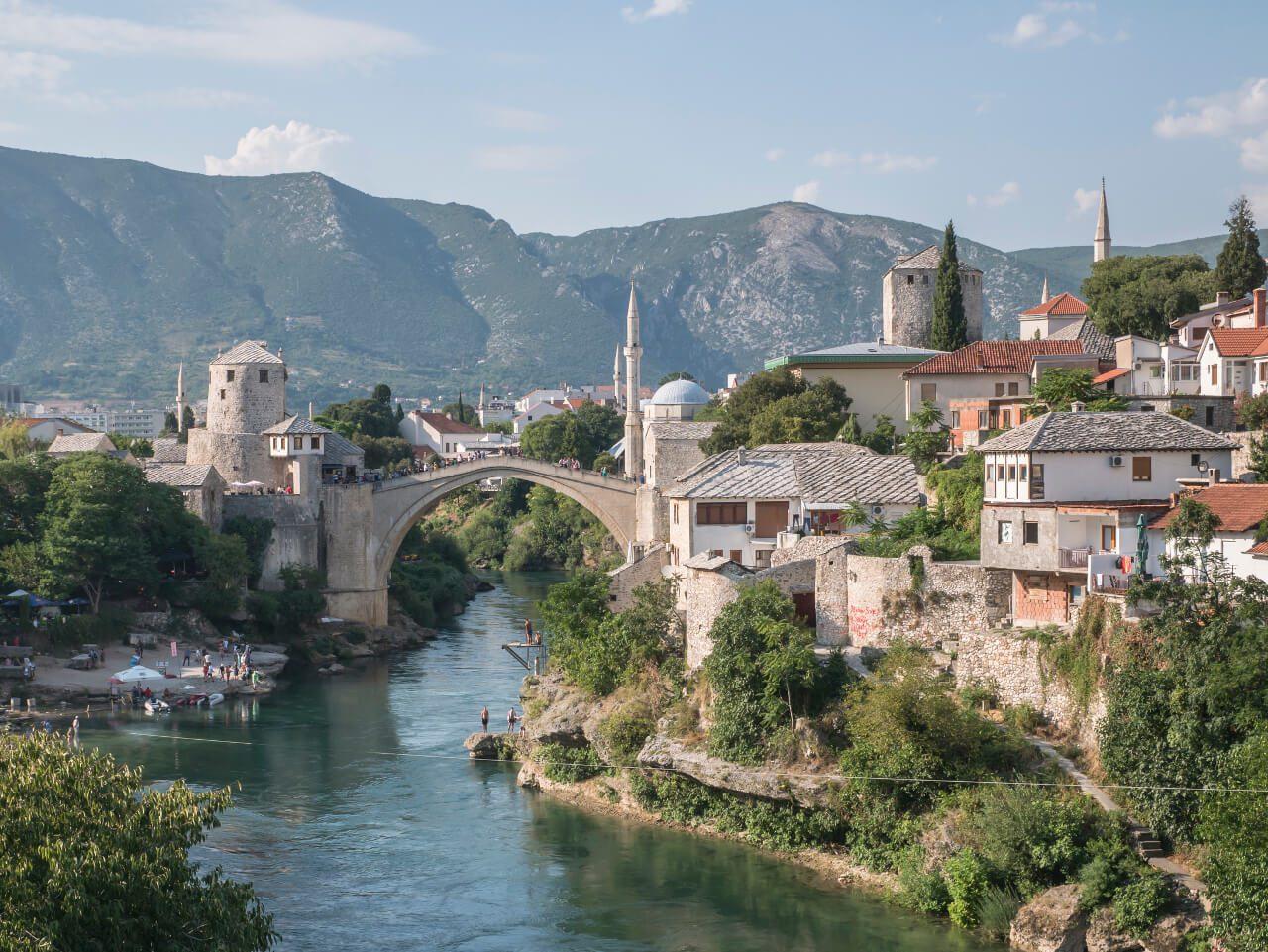 Stary Most i stare miasto widziane z Lucky Most, Mostar