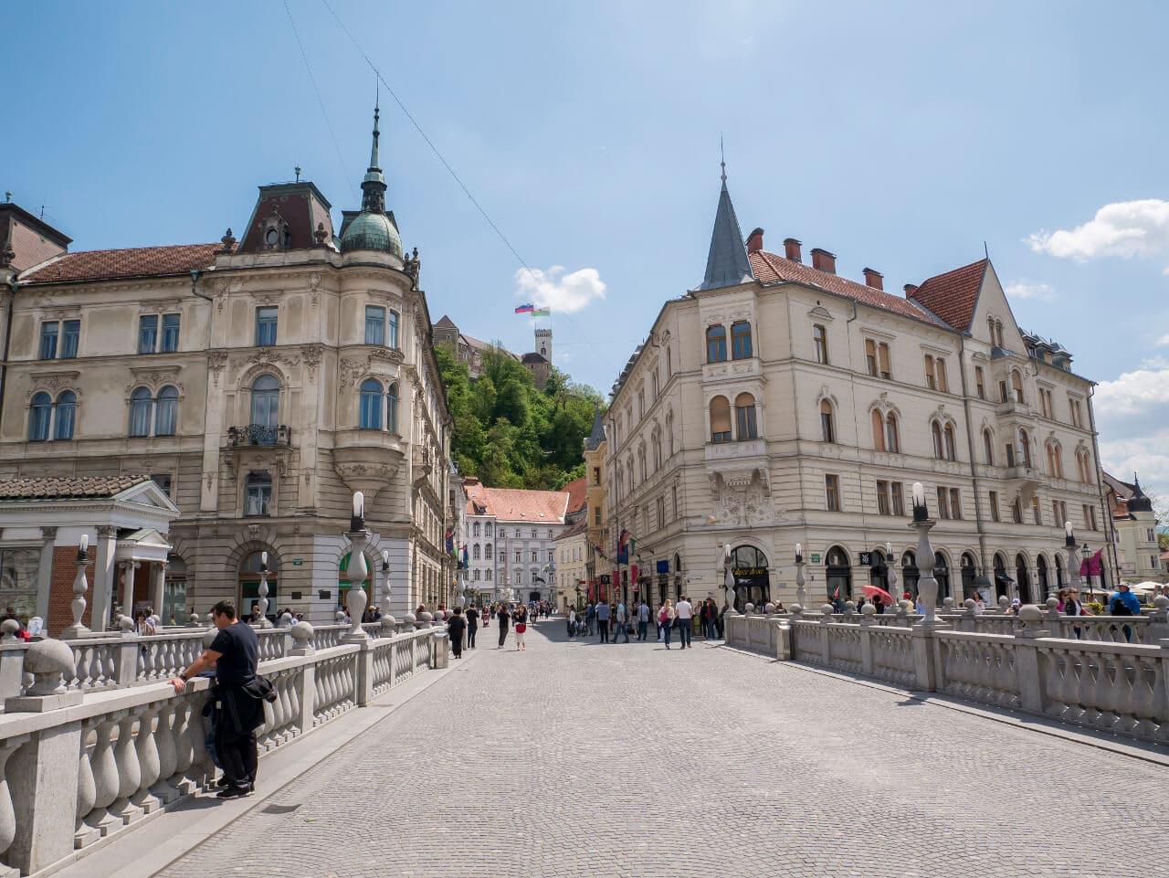 Co warto zobaczyć w Słowenii - Górujący nad miastem zamek widziany z Potrójnego Mostu