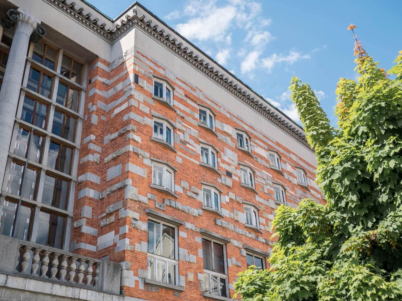 Co warto zobaczyć w Słowenii - Fasada Biblioteki Narodowej i Uniwersyteckiej w Lublanie
