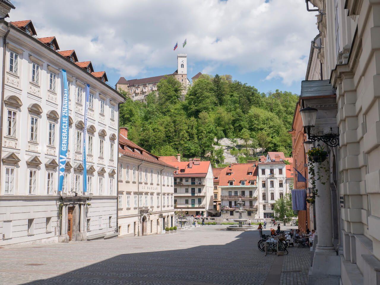 Zamek w Lublanie widziany z poziomu miasta