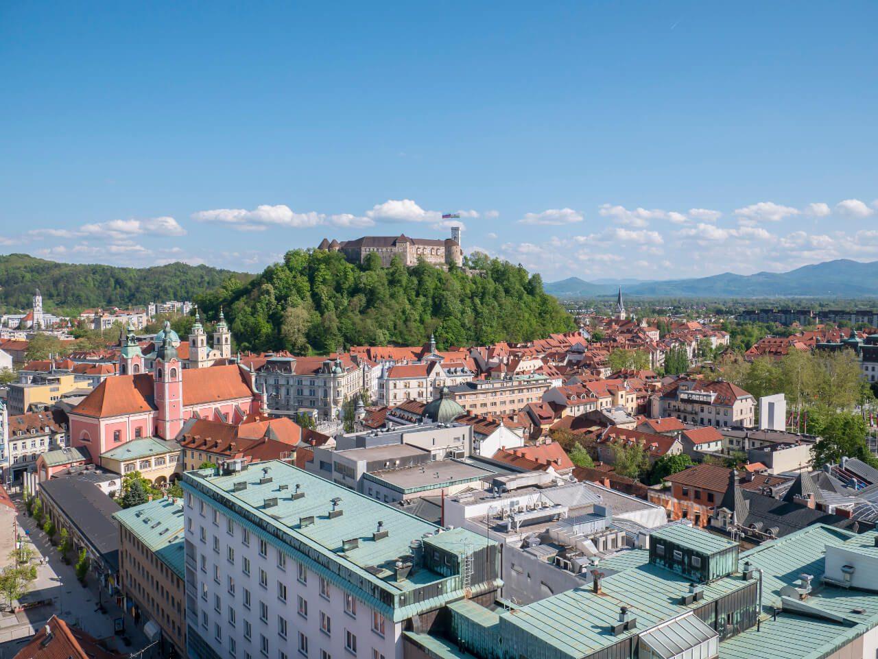Co warto zobaczyć w Słowenii - Widok za Lublanę i zamek z restauracji w wieżowcu Nebotičnik